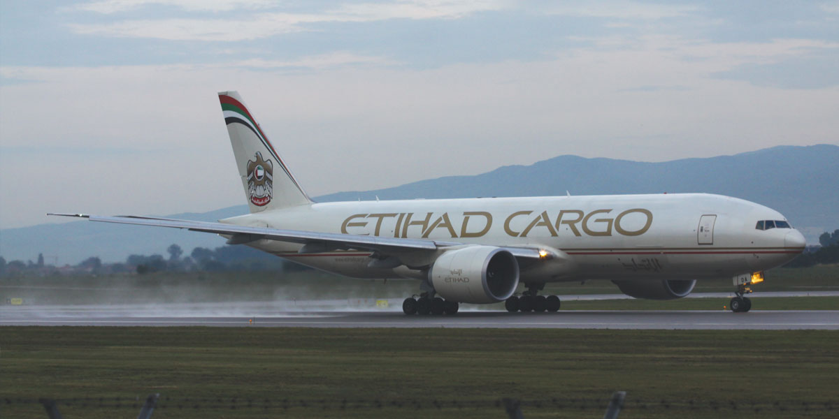 Një Boeing 777 i Etihad Cargo po ngrihet nga Aeroporti i Sofies më 30 qershor 2015. Foto: Stephan Gagov