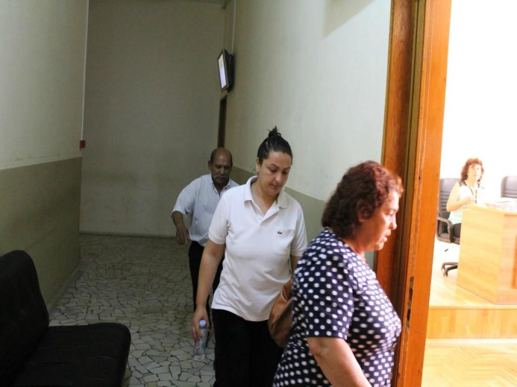 Silvia Dinkova (në mes), burri i saj Racho Dinkov dhe fqinja Stanka Raycheva akuzohen për trafikim të bebeve në gjykatën e Bourgas, Bullgari. Maj 2015. Foto: Juliana Koleva