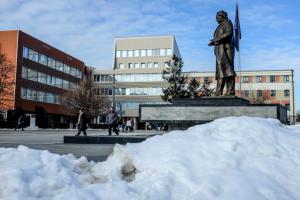 Statuja e Ibrahim Rugovës në qendër të Prishtinës   Foto: Atdhe Mulla