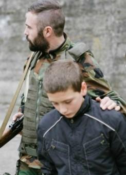 Një sekuencë nga filmi ku tregohen dy protagonistët e tij me një ushtar serb. Foto: www.shokshortfilm.com