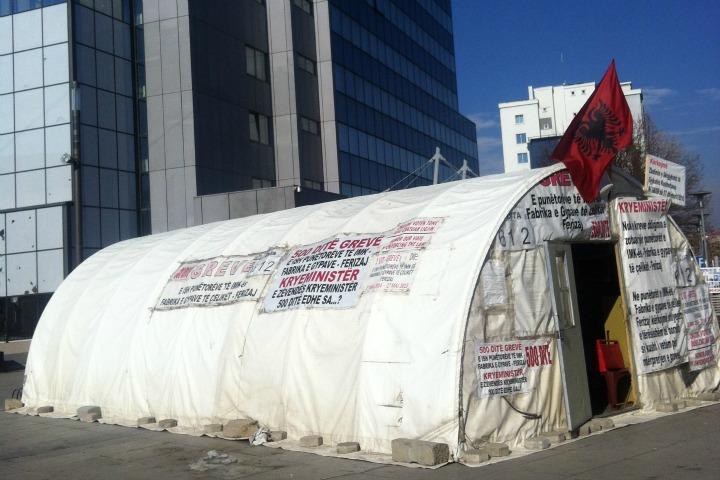 Tenda e grevistëve përballë ndërtesës së qeverisë | Foto: Blerina Rogova Gaxha
