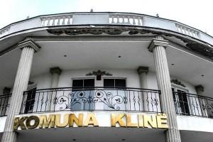 """""""Shtëpisë së Bardhë"""" në Klinë ka filluar t'i bjerë fasada    Foto: Atdhe Mulla"""