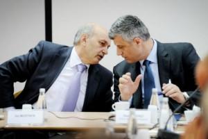 Kryeministri Isa Mustafa dhe zv.Kryeministri Hashim Thaçi konsultohen mes tyre   Foto: KALLXO.com
