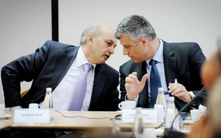 Kryeministri Isa Mustafa dhe zv.Kryeministri Hashim Thaçi konsultohen mes tyre | Foto: KALLXO.com