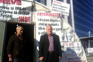 Ahmet Sylejmani  dhe Shyqeri Bajrami në hyrjen e shatorrit të grevidstëve të ish-punonjësve të Fabrikës së Tubave të Çelikut | Foto: Blerina Rogova Gaxha