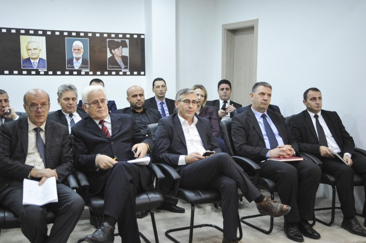 Asamblistë të Komunës së Gjilanit (dhe një foto e Ilir Metës në asamble) | Foto: Atdhe Mulla