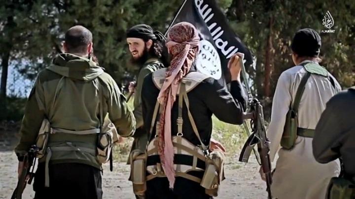 Komandanti i xhihadistë kosovarë në ISIS, Ridvan Haqifi (i dyti në të majtë) me luftëtarë të tjerë nga Ballkani | Fot nga video propagandistike e ISIS