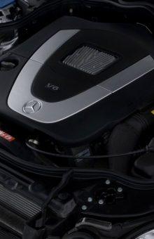 Foto iliustruese e motorit të një Mercedesi E Class të ngjashëm me atë në artikull | Burimi Wikimedia