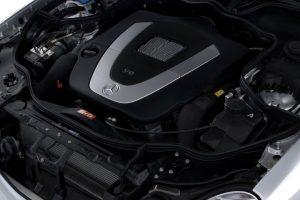 Foto iliustruese e motorit të një Mercedesi E Class të ngjashëm me atë në artikull   Burimi Wikimedia