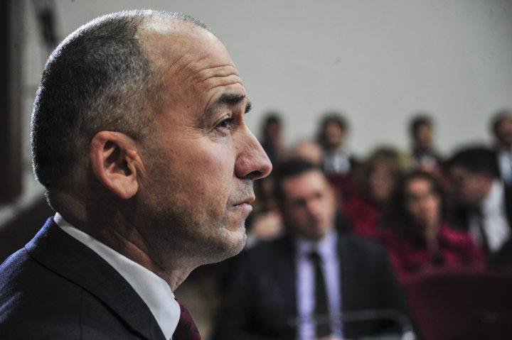 Kryetari i Pejës, Gazmend Muhaxheri, para asamblistëve komunalë - Foto: ATDHE MULLA