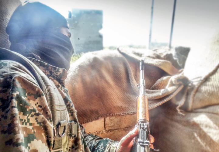 Militant i panjohur në Siri, i cili thjesht duke parë foton nuk dallohet se cilës organizatë i përkasin. Fotografi ku të pandehurit paraqiten të armatosur, në vendndodhje të papërcaktuara dhe ku nuk ka simbole dalluese, janë përdorur nga prokuroria për t'i akuzuar disa prej tyre për pjesëmarrje në organizatat ISIS apo Al Nusra, apo në disa raste duke akuzuar të njëjtin të dyshuar për pjesëmarrje në të dyja këto organizata | Foto nga materiale propagandistike të ISIS