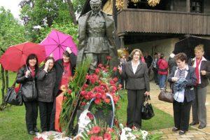 Admirues të Titos pozojnë pranë statujës së tij në Kumrovec. Foto: BIRN/Sven Milekic
