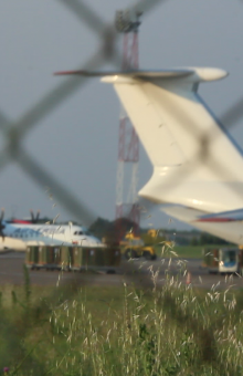 Aeroplan transportues duke u ngarkuar me armë në Serbi   Foto: BIRN/Ivan Angelovski