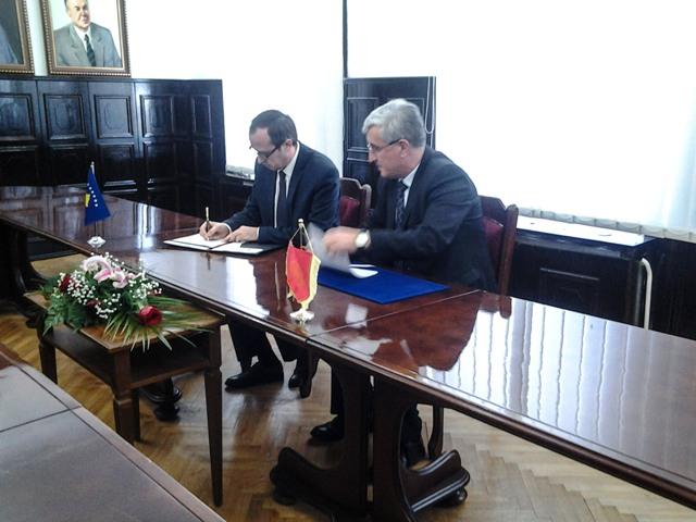 Ministri Hoti dhe ish-rektori Zejnullahu nënshkruajnë memorandumin e bashkëpunimit