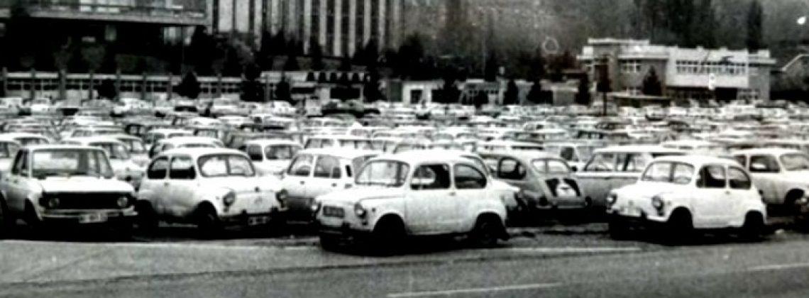 Një parking përplot me makina Zastava në vitet 1950 | Foto: Facebook