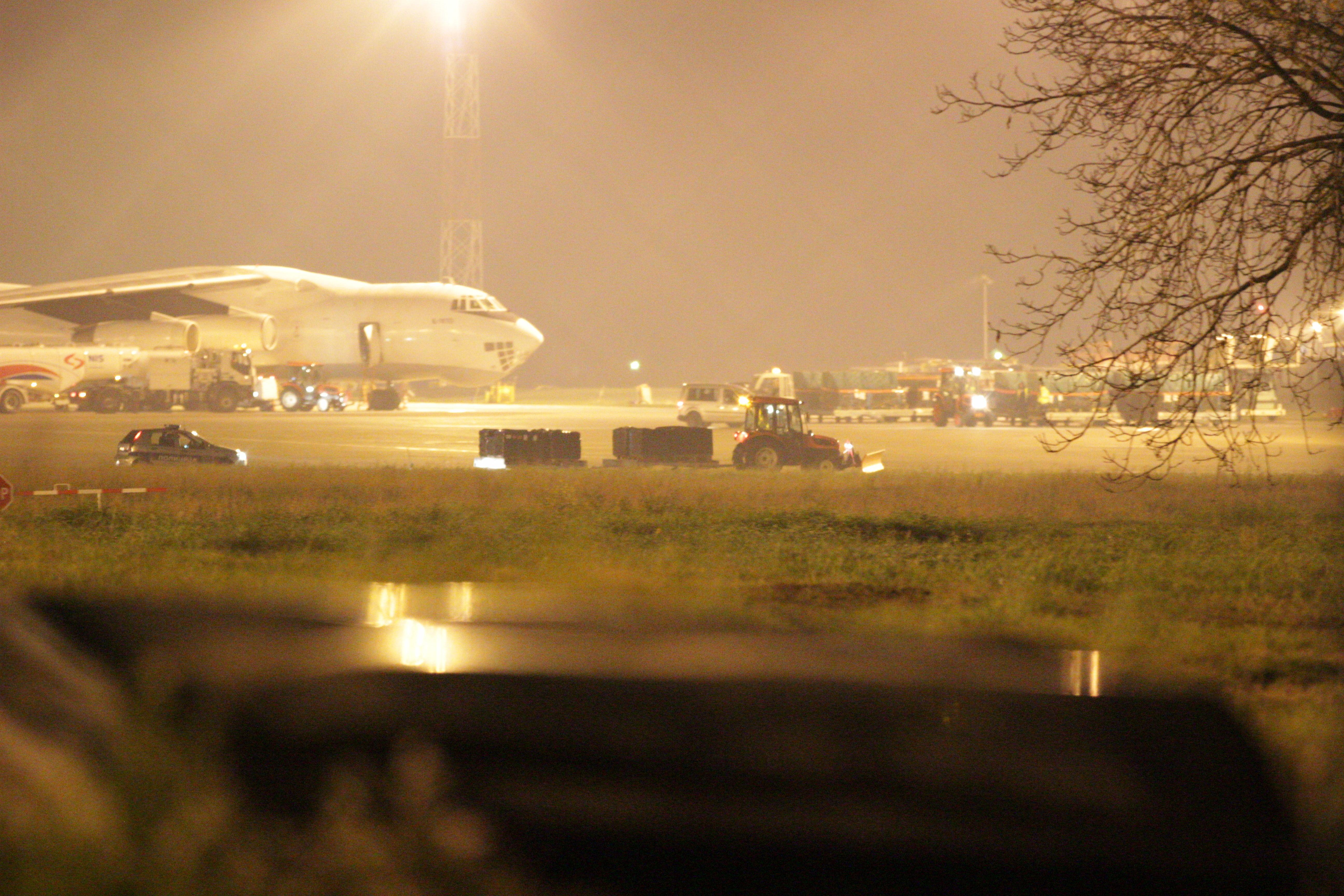 Aeroplan transportues duke u ngarkuar me armë në Serbi | Foto: BIRN/Ivan Angelovski