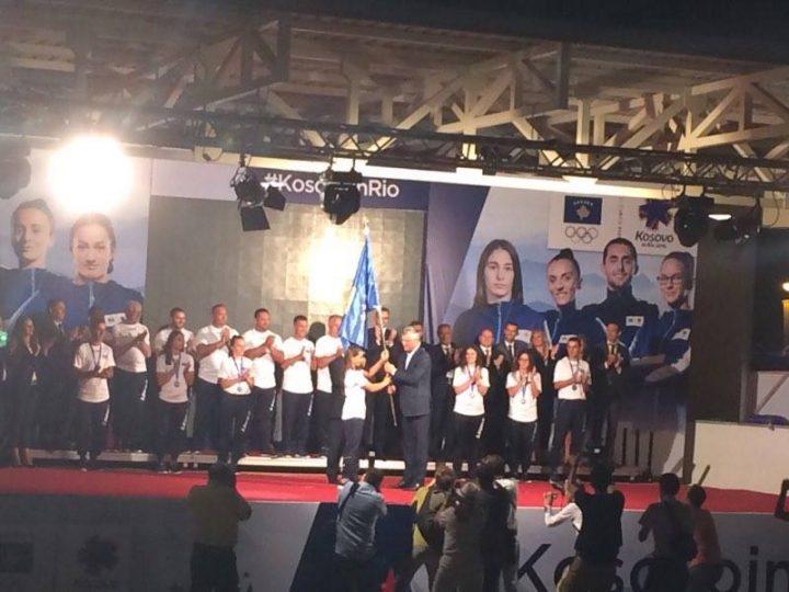 """Presidenti Thaçi ia dorëzon flamurin e Kosovës """"Ambasadores së Nderit"""", Majlinda Kelmendit - Foto: KALLXO.com"""