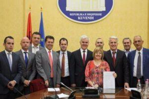 """Komisioni parlamentar """"ad hoc"""" për reformat në drejtësi pas nënshkrimit të draftit – Foto: Parlamenti shqiptar"""