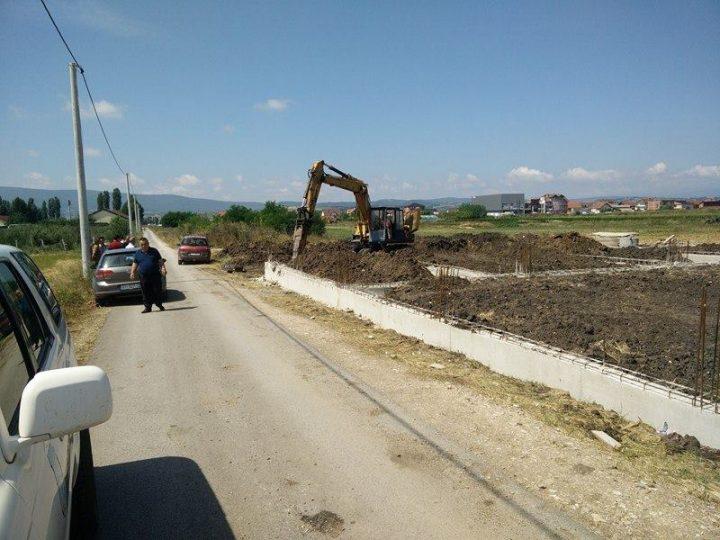 Pamje nga operacioni për rrënimin e një objekti të nisur pa leje në Vushtrri- Foto: KALLXO.com