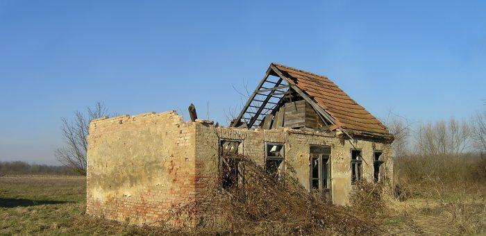 """Shtëpi e braktisur  pas operacionit """"Stuhia"""" në Kroaci   Foto: WikiCommons"""