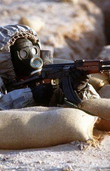 Ushtar sirian me kundërgaz dhe veshje mbrojtëse sovjetike duke mbajtur një Kallashnikov model 56   Foto: Wikicommons