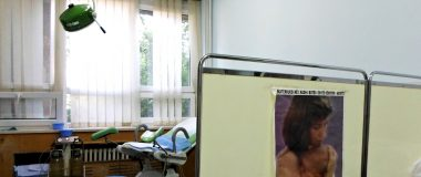 Afishe kundër abortit, e vendosur nga mjekët në sallën ku kryhen abortet në QKUK | Foto nga: Leonora Aliu