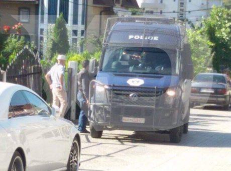 Nga aksioni i policisë për arrestimin e të dyshuarve për sulmin në Kuvend | Foto: KALLXO.com