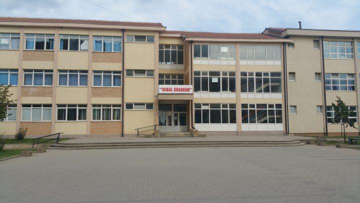 """Shkolla """"Mihal Grameno"""" në Fushë-Kosovë, një prej shkollave ku mësimi zhvillohet në tri ndërrime - Foto: KALLXO.com"""
