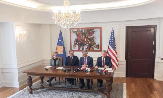 Nënshkrimi i marrëveshjes mes ambasadorit Delawie dhe Presidentit Thaçi | Foto: KALLXO.com