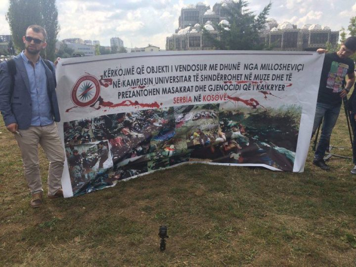 """Pankarta që u vendos sot para kishës ortodokse nga """"Demokracia studentore"""" - Foto: KALLXO.com"""