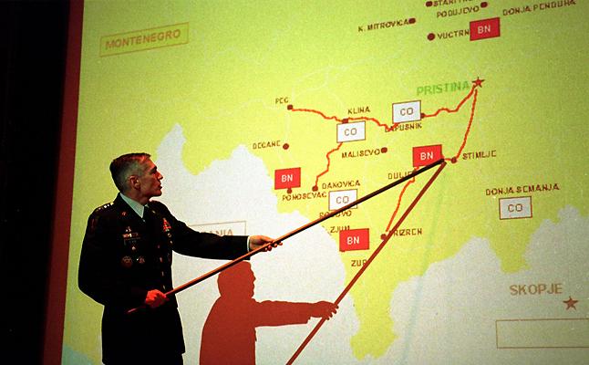 Gjenerali amerikan Clark për tre muaj kishte drejtuar fushatën ajrore të NATO-s mbi caqet ushtarake ish- jugosllave në pranverë të vitit 1999 kur ishte komandat i forcave ushtarake të NATO-s për Evropë. Foto: NATO