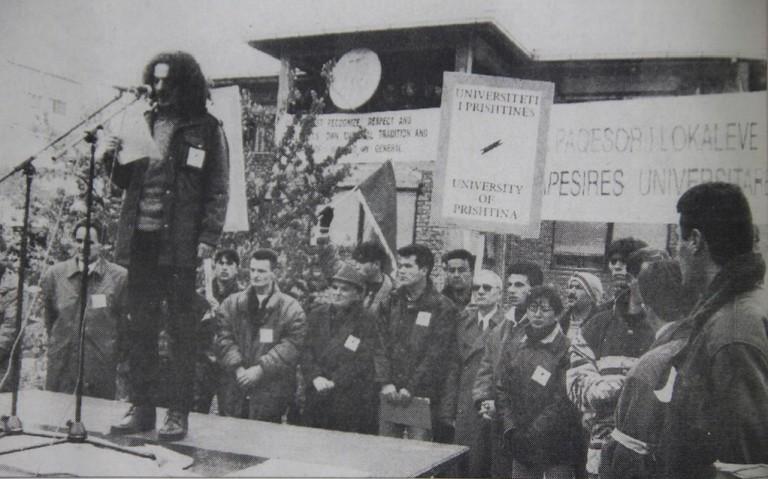 Albin Kruti, udhëheqës i protestave studentore i flet turmës në vitin 1977 | Foto: Bujku