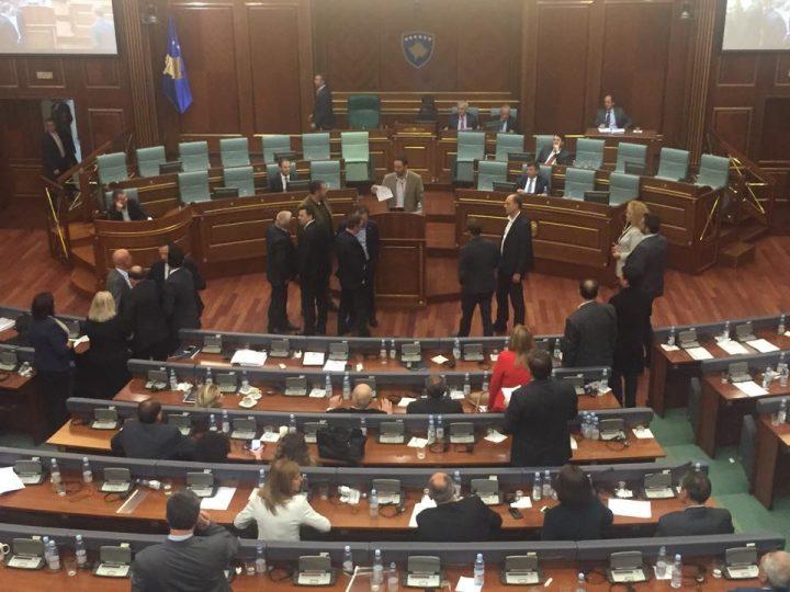 Tollovia e shkaktuar në Kuvend gjatë fjalimit të Glauk Konjufcës - Foto: KALLXO.com