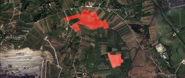 Tokat e hijezuara që janë shitur nga AKP-ja, e që janë në Zonën e Interesit. Njëra pjesë ka 21 hektar e 61 ari, kurse tjetra rreth 11 hektar.