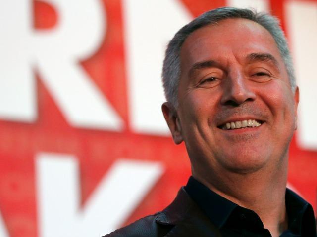 Milo Gjukanoviq, kryeministri i Malit të Zi dhe lideri i Partisë Demokratike të Socialistëve buzëqesh pas fitores në zgjedhje. Foto: Darko Vojinovic/AP