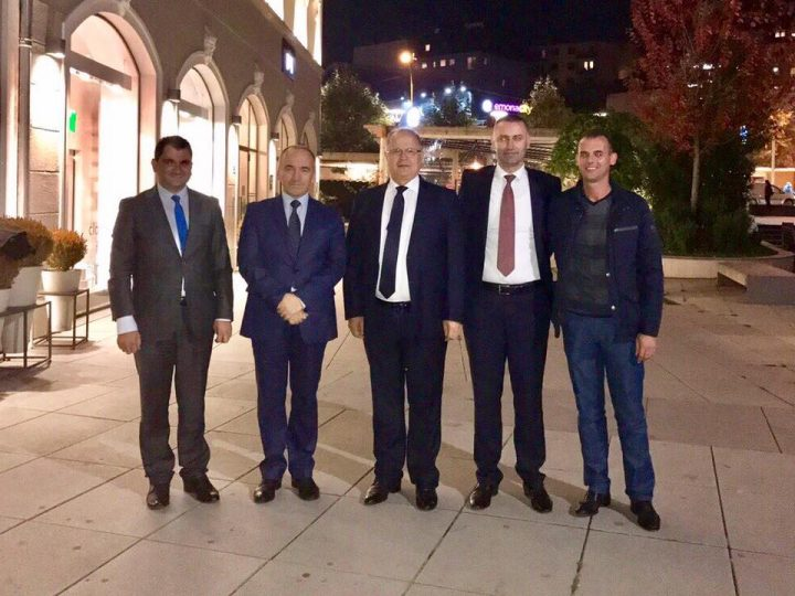 Deputeti Ramiz Kelmendi me bashkëpartiakët e rinj - Foto: Facebook