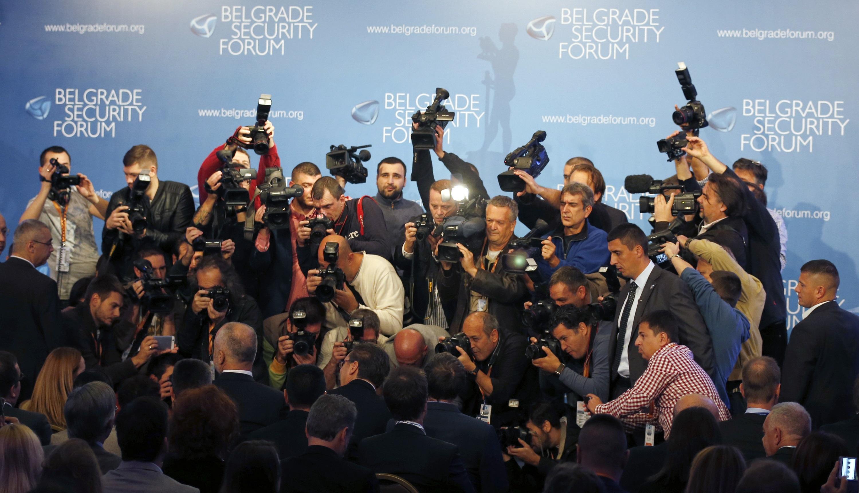 """Fotografët shkrepin foto të kryeministrit serb Vuçiç dhe atij shqiptar Rana bë panelin e diskutimeve """"E ardhmja e Marrëdhënieve Shqiptaro-Serbe dhe Stabiliteti i Europës Juglindore"""". 13 tetor 2016. Foto: BETA/(AP Photo/Darko Vojinovic)"""