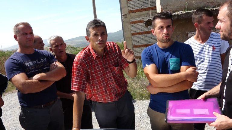 Ragip Grajcevci duke u folur bashk/fshatarëve të tij | Foto: BIRN