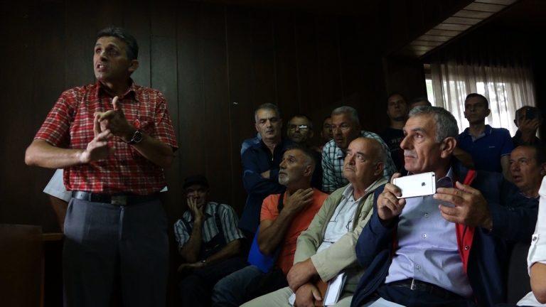 Ragip Grajcevci gjatë një takimi me bashkëfshatarët | Foto: BIRN