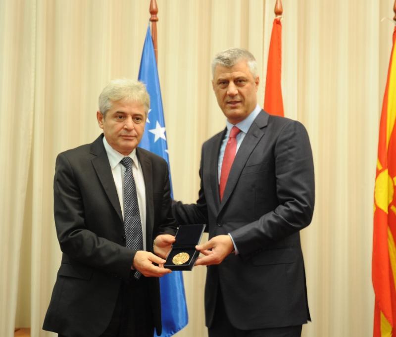 Preisdenti Hashim Thaçi dekoron kryetarin e BDi-së, Ali Ahmeti. Foto: Zyra e Presidentit