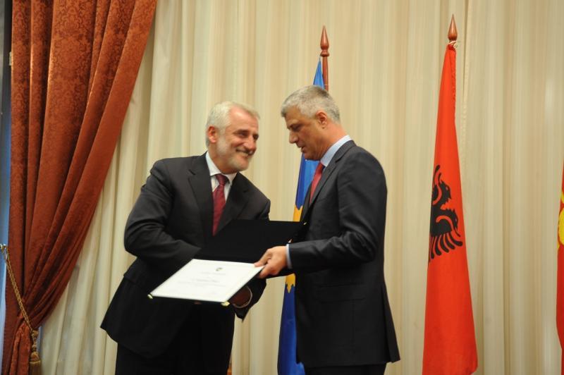 Presidenti Hashim Thaçi dekoron kryetarin e PDSh-së, Menduh Thaçi. Foto: Zyra e Presidentit