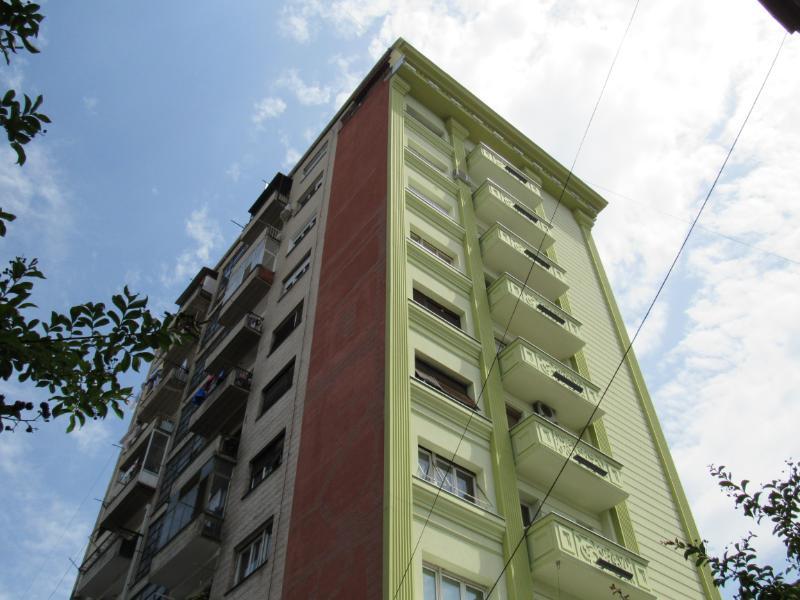 Një kullë në Shkup me një fasadë të re neoklasike në njërën anë. Pjesa e pasme e ndërtesës është siç ka qenë. Foto: Bojan Blazhevski