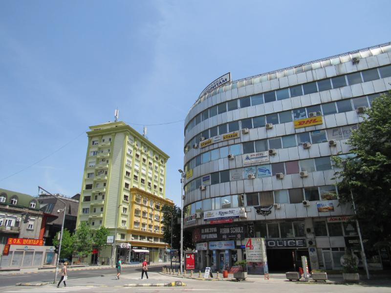 Blloku i zyrave Paloma Bianca në Shkup para se të fillonin punimet për të krijuar fasadën neoklasike. Arkitekti 86 vjeçar tha se ai nuk qe konsultuar kurrë. Foto: Bojan Blazhevski