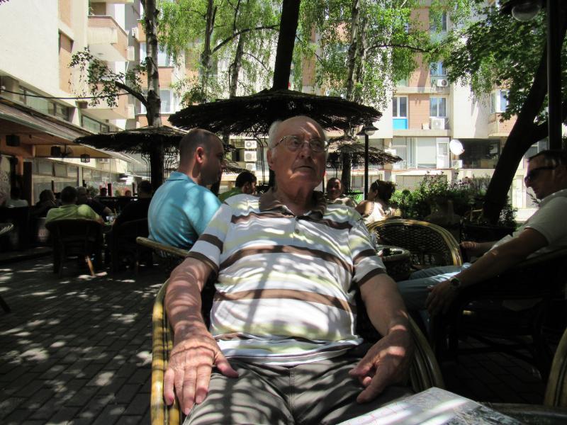 Trajko Dimitrov, 86, tha se autoritetet nuk e kontaktuan kurrë në lidhje me një fasadë të re për ndërtesën e zyrave Paloma Bianca. Foto: Bojan Blazhevski