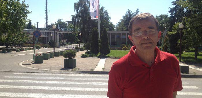 Milan Ivovic, ish-president i sindikatës Azotara, jashtë fabrikës së prodhimit të plehrave kimike Azotara në qytezën Pancevo në Serbi, vendi ku ai punoi për 37 vjet. Foto: Marija Jankovic.