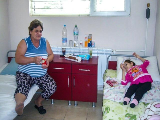 Tsonka Tenevi dhe vajza e saj Teodora, kur ata u ribashkuan më 2010 nga një program që zhvendosi fëmijët me aftësi të kufizuara nga institucionet shtetërore. Foto kortezi Tsonka Tenevi.