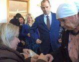 Kandidati i PDK-së, Ramiz Lladrovci, bashkë me nënën dhe bashkëshorten, votojnë në zgjedhjet për kryetar të Drenasit - Foto: KALLXO.com