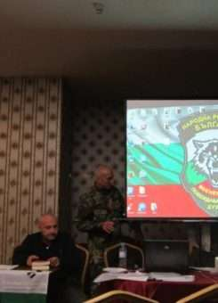 Anëtarë të Komitetit për Shpëtim Kombëtar, një organizatë jofitimprurëse që kryen patrullime në kufirin e Bullgarisë me Turqinë për të ndaluar migrantët, teksa po zhvillon një takim në qytetin e Pllovdivit në këtë foto të majit 2016. Foto: Aleksandrina Ginkova.