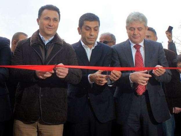 Liderët Nikola Gruevski i VMRO majtas dhe Ali Ahmeti i BDI djathtas. Foto: MIA