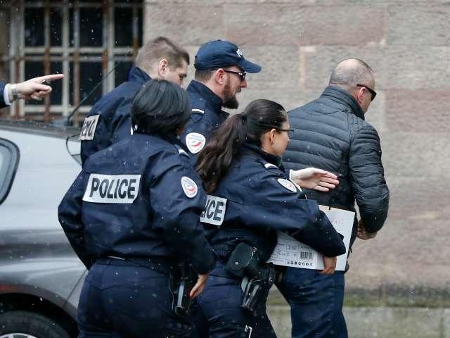 Ramush Haradinaj me policinë franceze . Foto: Jean-Francois Badias/BETA.